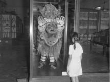 Meisje blote voeten bij Balinees masker_Crop