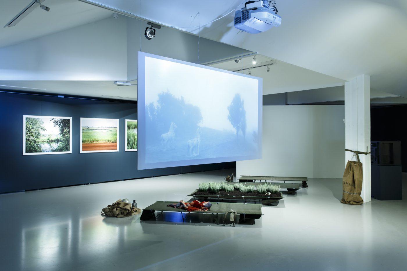 Installatiefoto van de tentoonstelling <em>UnAuthorised Medium</em> bij Framer Framed. Foto (c) Framer Framed / Eva Broekema