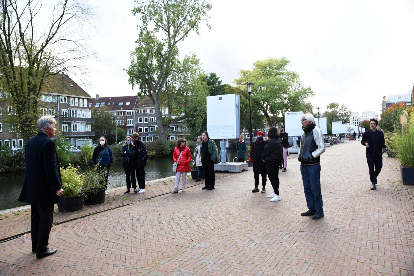 'Tijdelijk Monument - Srebrenica is Nederlandse geschiedenis', van Bosnian Girl op de Oranje-Vrijstaatkade tegenover Framer Framed, Amsterdam (2020). © Betul Ellialtioglu / Framer Framed.