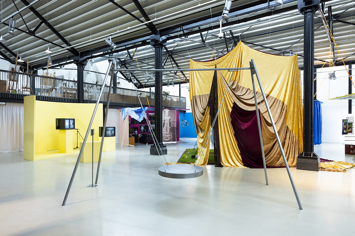 Installatiefoto van 'A Funeral for Streetculture' een project van Metro 54 en Rita Ouédraogo bij Framer Framed, Amsterdam (2021), foto: © Eva Broekema / Framer Framed.